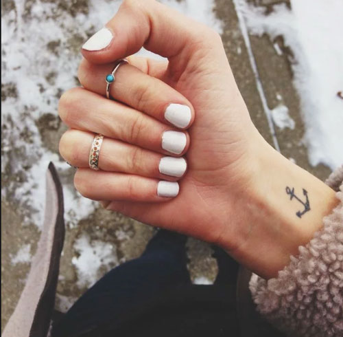tatuajes pequeños para mujeres muñeca